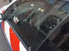 Twee personen beboet na bespugen politiewagen in Tiel