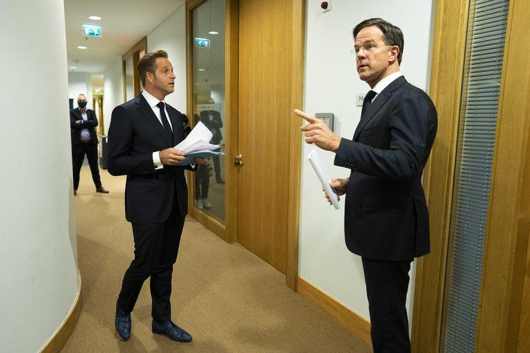 Premier Mark Rutte en minister Hugo de Jonge (Volksgezondheid, Welzijn en Sport) bereiden zich voor op de toelichting op de nieuwste coronamaatregelen. Beeld ANP