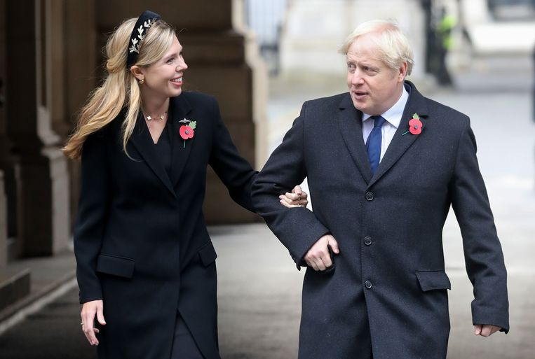 De Britse premier Boris Johnson deze week met zijn geliefde Carrie Symonds. Beeld AFP