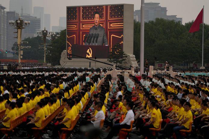 De Chinese president Xi Jinping op een groot scherm op het Tiananmenplein in Peking tijdens een ceremonie om de 100-jarige verjaardag van de Chinese Commmunistische partij te vieren. Beeld van 1 juli.
