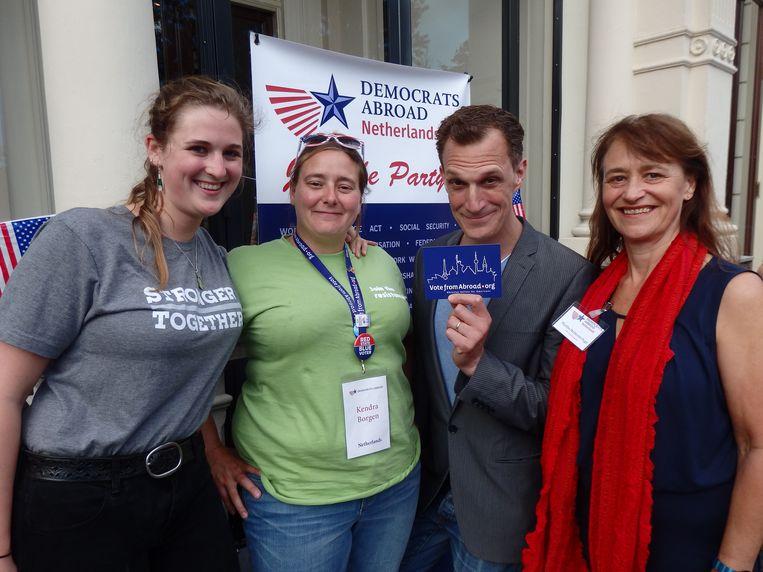 Komiek Greg Shapiro en Sophie Brenny, Kendra Borgen en Martha McDevitt-Pugh van Democrats Abroad. Borgen: