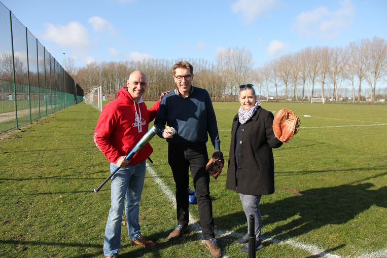 Erwin Warrinnier van Brugge Braves, schepen Franky Demon en Catiana Liekens (toezichter sportcomplex De Gulden Kamer).