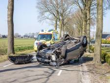 Vrouw belandt met auto op de kop op de weg in Ommerkanaal