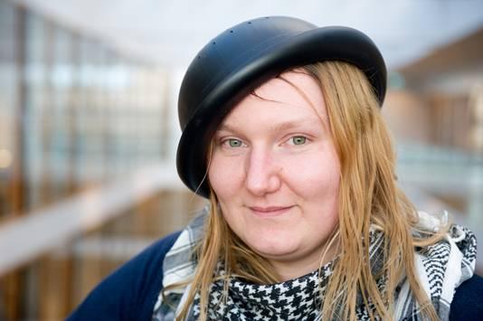Mienke de Wilde zoals ze wenste te worden afgebeeld in haar paspoort: met vergiet op haar hoofd.