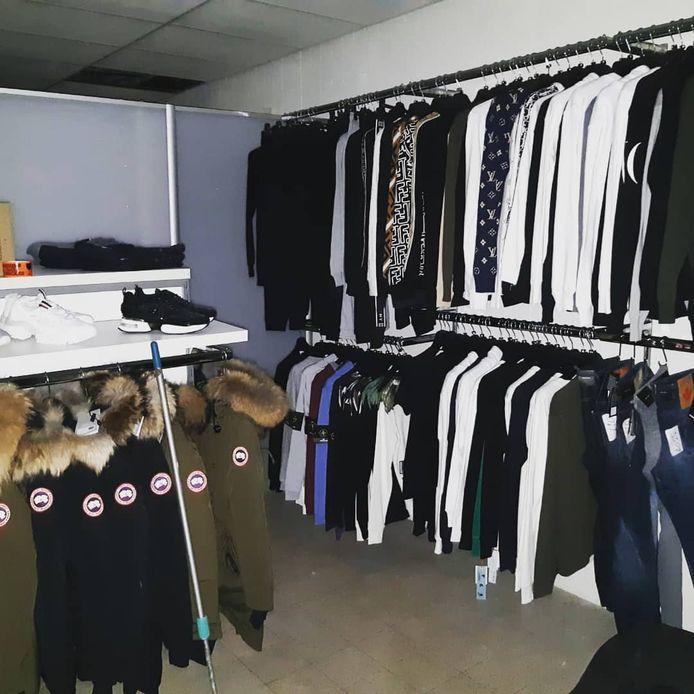 In een afgeschermde ruimte van de winkel werden tientallen kledingstukken van dure merken als Burberry, Prada, Stone Island en Louis Vuitton aangetroffen.