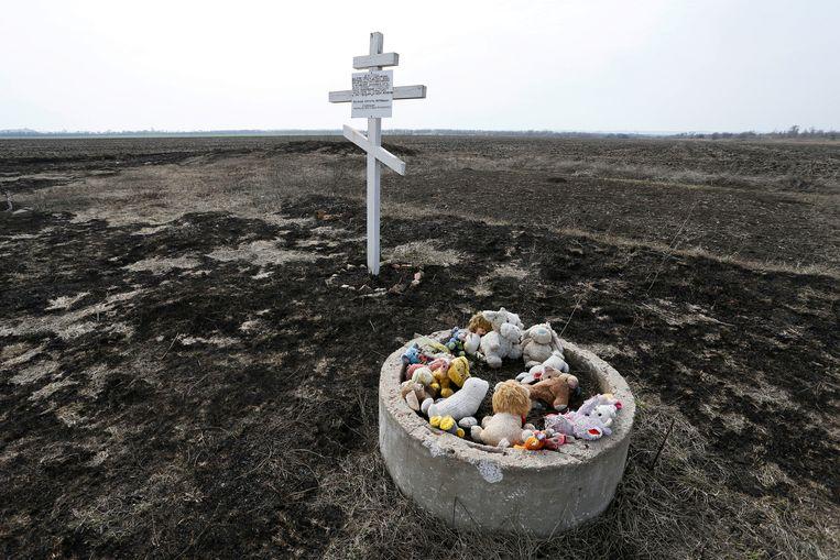 Een gedenksteen op de plek waar vlucht MH17 neerstortte in 2014 Beeld Reuters