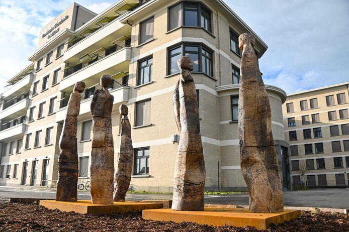 De vijf sculpturen in klei beelden een conversatie uit