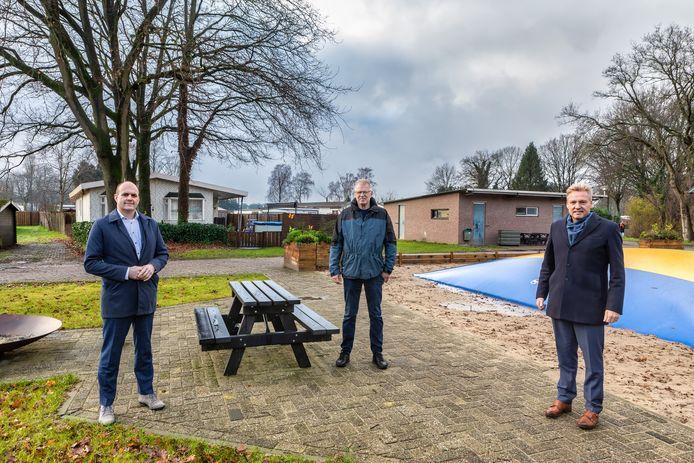 Ernst Damen van Thuisvester, in het midden Eekhoorn-eigenaar Arie Hermans en rechts burgemeester Mark Buijs.