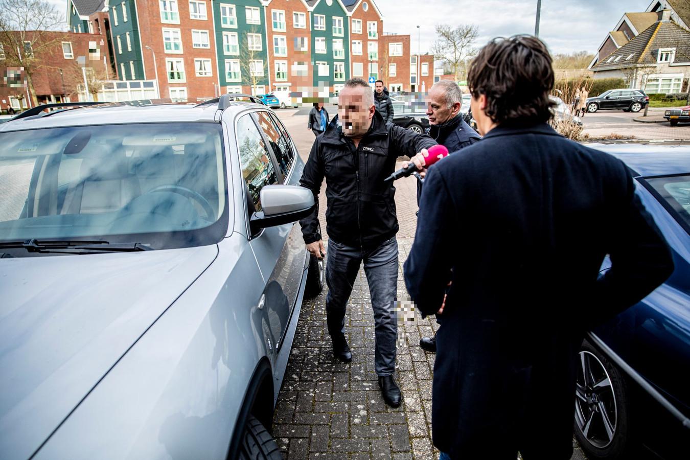 Jaawk B. baant zich op zondag een weg richting de kerk en probeert daarbij Powned-verslaggever Mark Baanders te passeren, die hij even daarvoor met zijn BMW heeft aangereden.