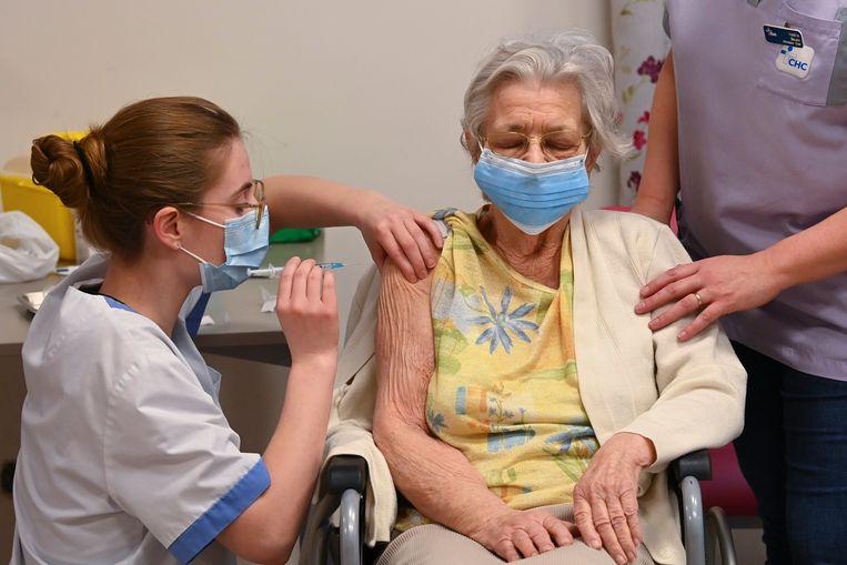 Deze vrouw wordt gevaccineerd, maar nog een grote groep mensen staat er weigerachtig tegenover om hetzelfde te doen.  Beeld Photo News