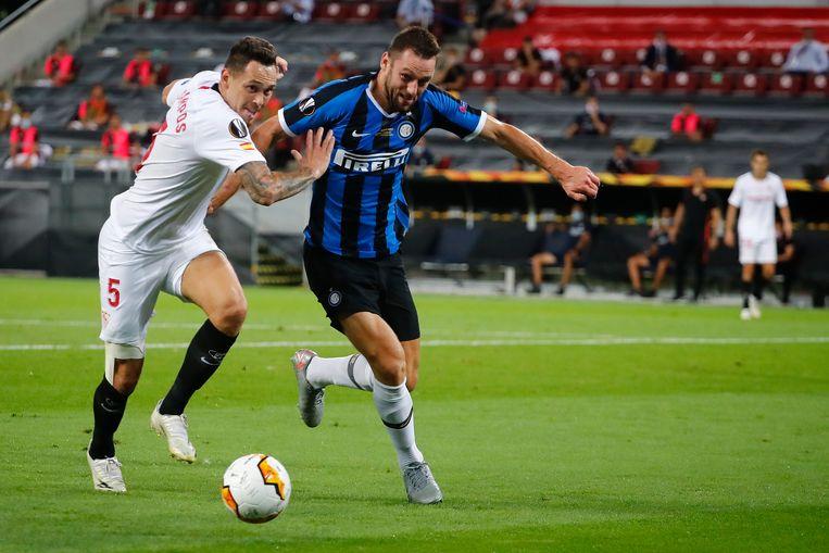 Stefan de Vrij (rechts) werd in Italië uitgeroepen tot beste verdediger van de competitie, maar kan vanwege een blessure nog niet voor Oranje spelen. Beeld Hollandse Hoogte / AFP