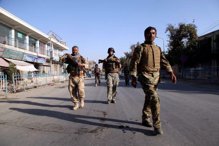 Afghaanse militairen patrouilleren op de straten van Kunduz. Beeld epa