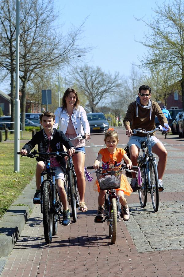 Familie Nuijten bezig met fietspuzzelroute.