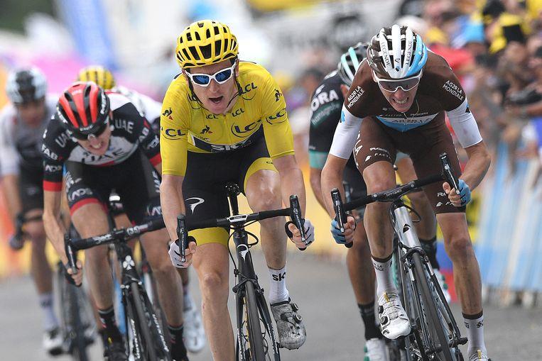 Geletruidrager Geraint Thomas troeft Romain Bardet (rechts) en Daniel Martin nog af in de sprint voor plaats twee. Beeld BELGA