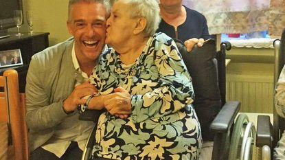 Christoff komt 90-jarige Joanna feliciteren met verjaardag