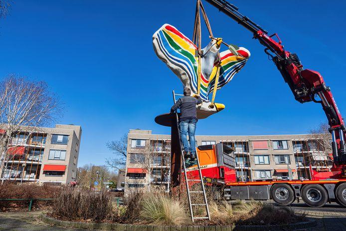 Op het Groenedijkplein werd het kunstwerk Vredesduif van kunstenaar Paul Hermans teruggeplaatst.