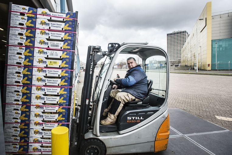 Vorkheftruckchauffeur aan het werk bij fruitbedrijf Total Produce in de Merwe-Vierhavens in Rotterdam. Beeld Guus Dubbelman / de Volkskrant