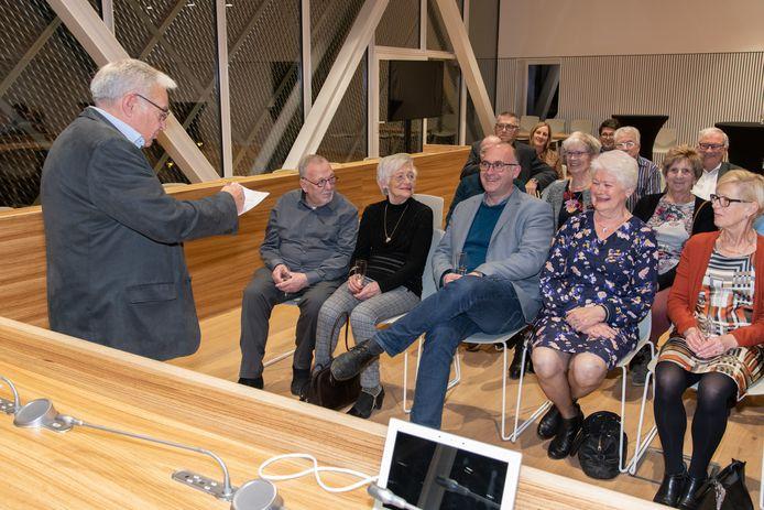 De aanwezigen luisteren aandachtig