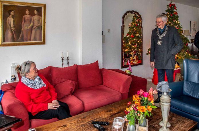 Burgemeester Theo Weterings ging op huisbezoek bij Ineke van den Berg.