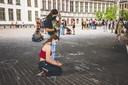 Mensen laten boodschappen achter in krijt tijdens een wake in Gent.