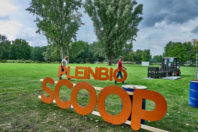 De opbouw voor de Pleinbioscoop in het Beatrixpark is al begonnen.