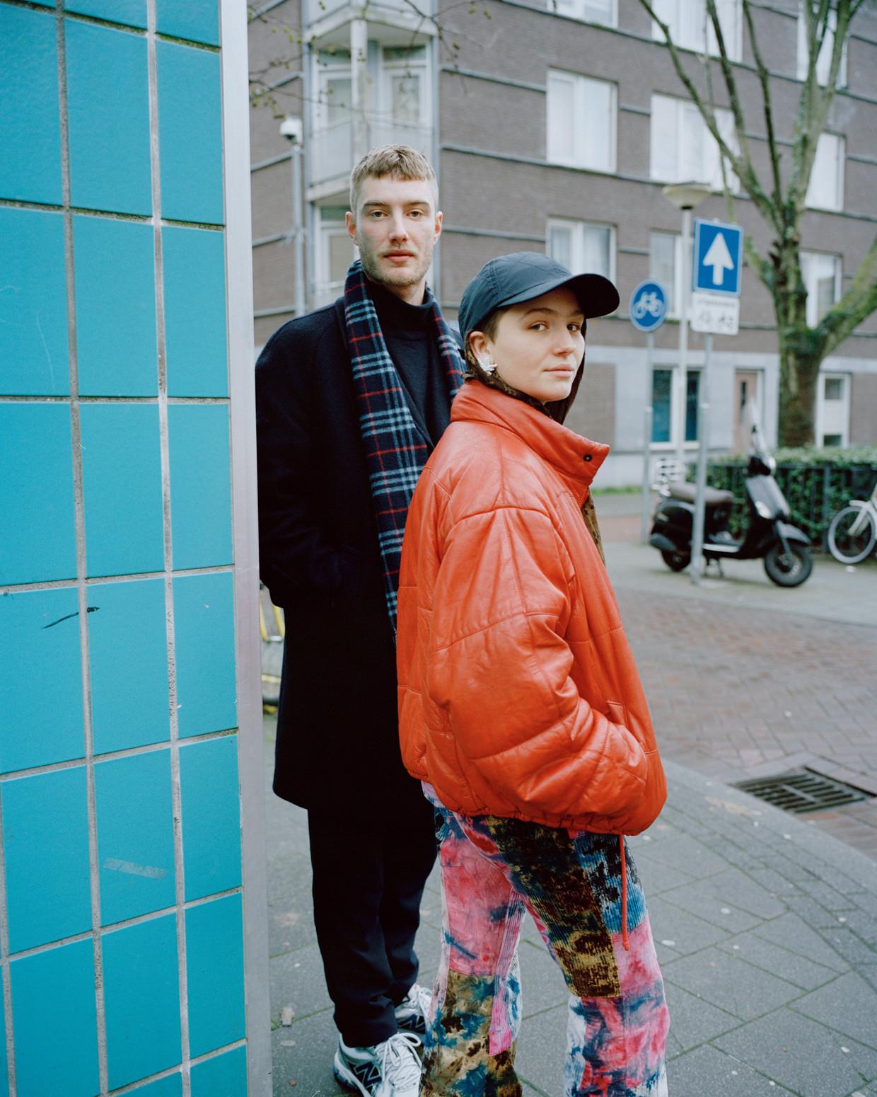 Vincent Boy Kars en Leyla de Muynck, die de hoofdrol speelt in zijn nieuwste film Drama Girl. Beeld Zahra Reijs