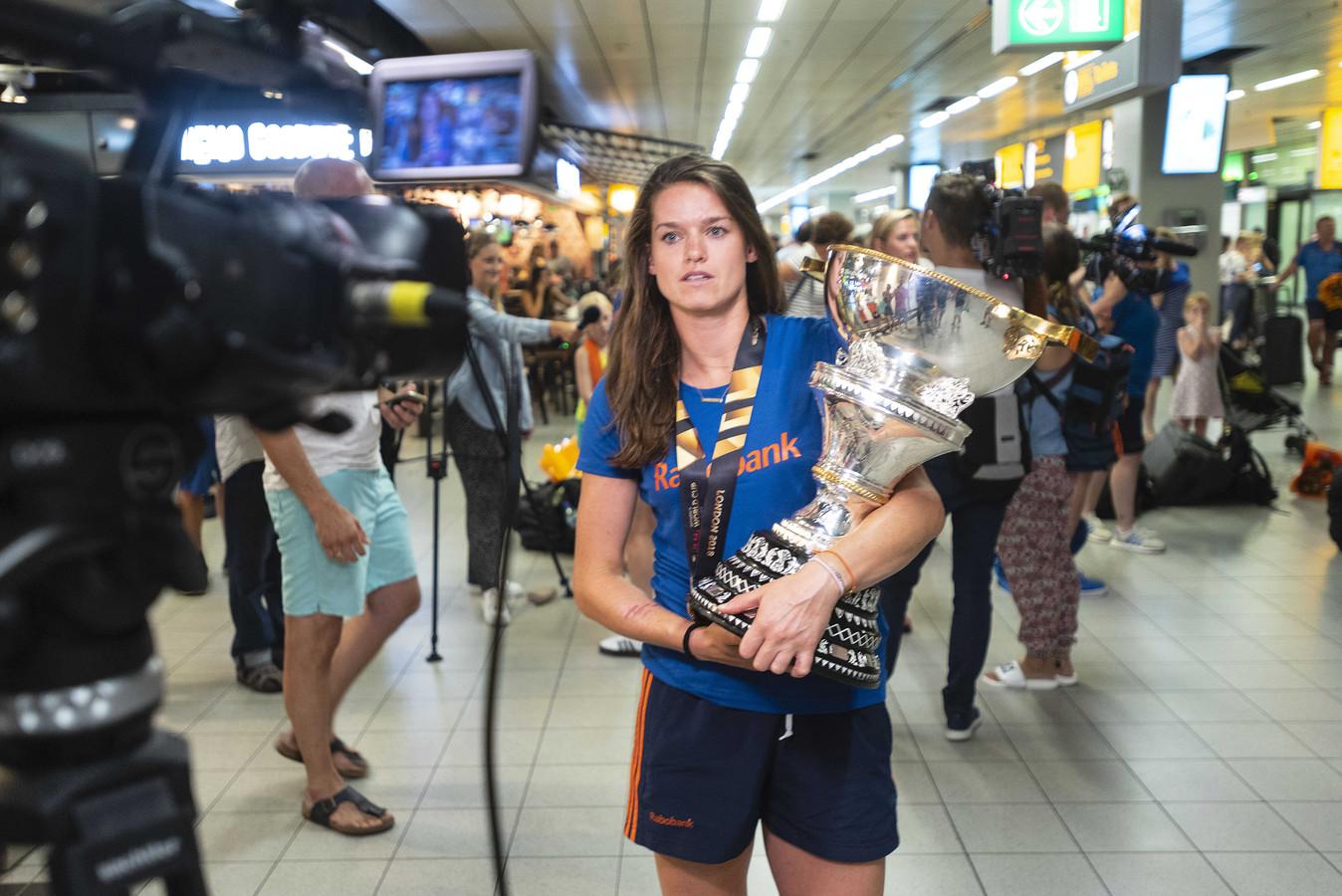 Lidewij Welten met de wereldbeker bij terugkomst op Schiphol.