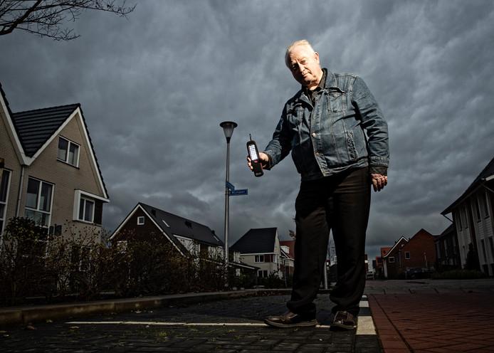 Bewoner Walter Deroo in de Boskoopse nieuwbouwwijk Waterrijk waar ruim twee weken geen straatlantaarns brandden.