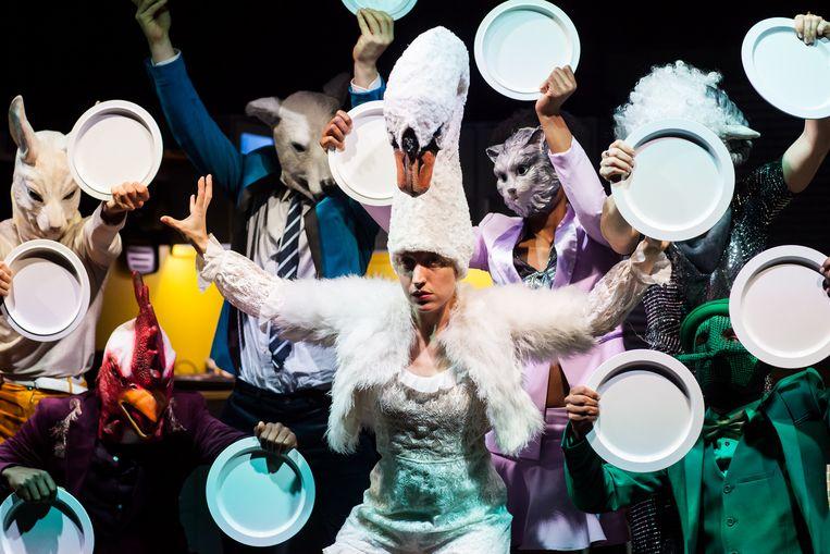 Hallo familie (8+, 2018) door Maas Theater en Dans, regie Moniek Merkx. Beeld Kamerich en Budwilowitz/EYES2