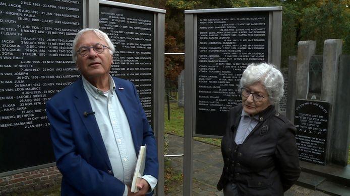 Still uit de film 'Vallen en weer opstaan' met Philip Soesan (links) en oorlogsoverlevende Betty Menist bij het monument op de Joodse begraafplaats in Oosterhout