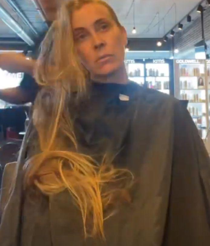 In de video is goed te zien hoeveel haar Anouk verliest.