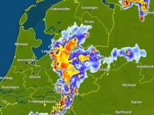 Hagel, hevig onweer en plensbuien: het weer veroorzaakt overlast in Oost-Nederland