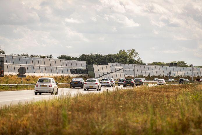 In Uden staat langs de A50 een 'groene' geluidswal van zonnepanelen.