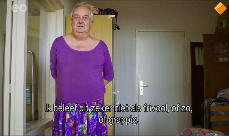 Janneke in haar comfortabele paarse setje in 'Typisch Emmen'. Beeld