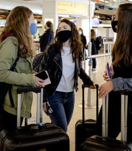 Proefvakantie is voorbij: Rhodos-reizigers aangekomen op Schiphol