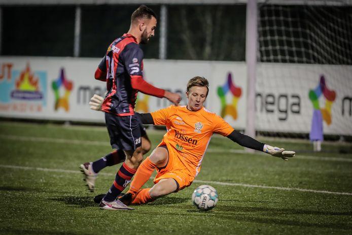 Doelman Lennert Vandecaetsbeek in actie tegen spits Christophe Martin Suarez van RFC Luik.