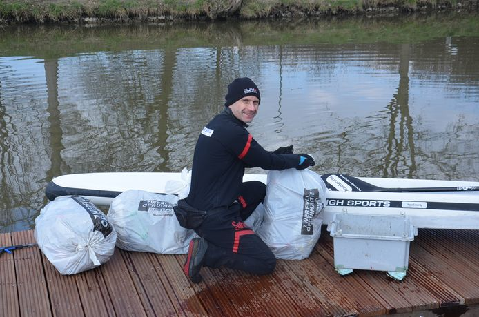 Dirk de Beuf van de Ninoofse Zwerfvuiljagers ruimt zwerfvuil langs de Dender in Pollare (Ninove) ter gelegenheid van River Sunday.