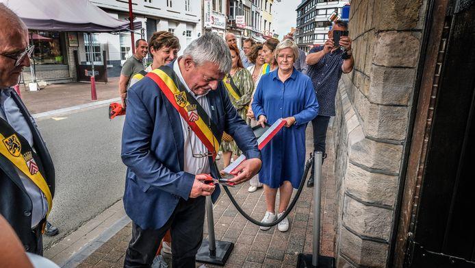 Burgemeester Eddy Lust (Open Vld) knipt het lint door waarmee de vernieuwde toren officieel wordt geopend.