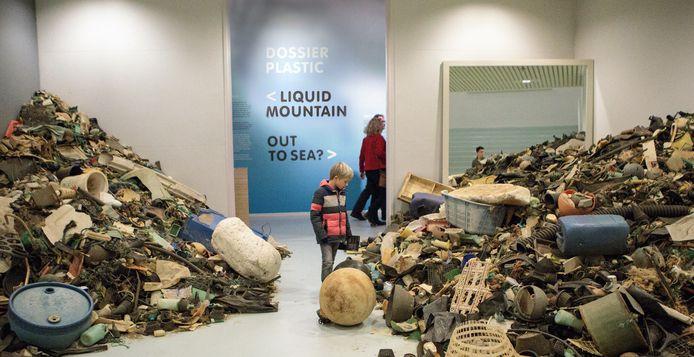 Plasticafval als tijdelijk decor in het Valkhof Museum. Archieffoto uit 2017.