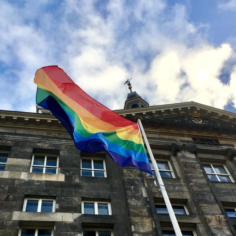 De regenboogvlag op het stadhuis in Den Bosch.
