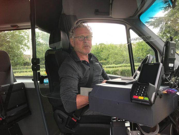Voor chauffeur Harrie Okkerman maakt het scherm in de buurtbus zijn werk onpersoonlijker