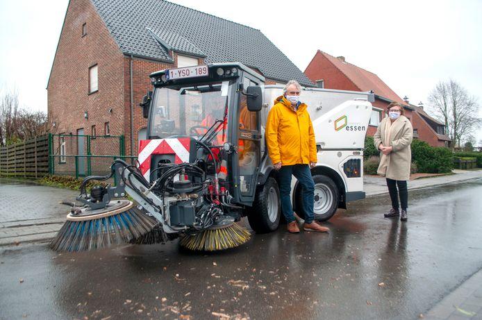 Schepen Helmut Jaspers en schepen Brigitte Quick bij de nieuwe veegwagen van de gemeente Essen.