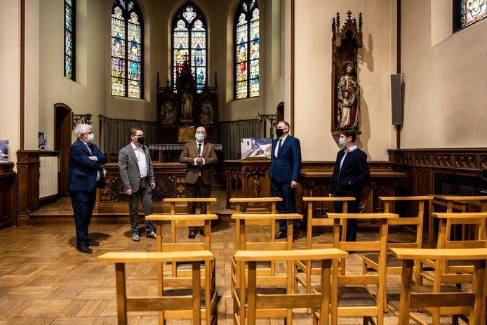 Burgemeester Buyse en minister Diependaele verzamelden met vertegenworodigers van het Oscar Romerocollege, de kerkraad en het Sint-Vincentiusklooster in de Kloosterkapel voor ondertekening van de premie.