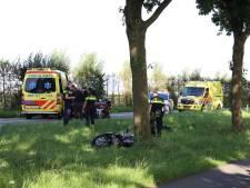 Motorrijder zwaargewond naar het ziekenhuis na botsing met boom in Buren