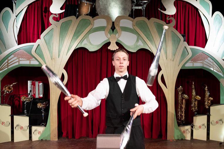 Nanosh, de oudste zoon van Danny Ronaldo, is de trekker van de voorstelling Swing, waarmee ze van dorp naar dorp reizen.