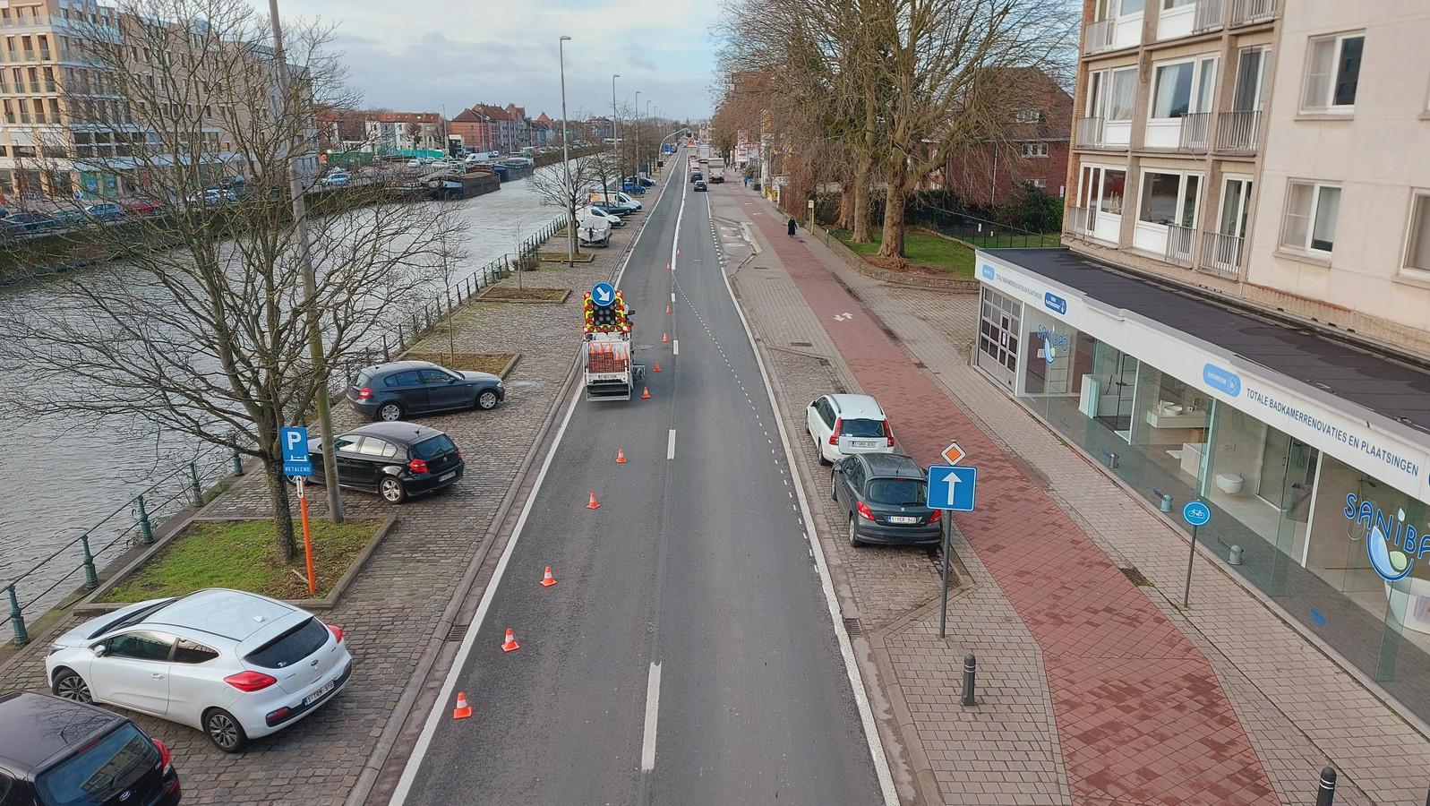 Het Agentschap Wegen en Verkeer liet donderdag een aparte busbaan aanleggen.