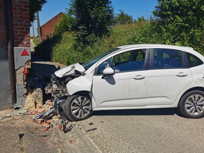 Op de Kattestraat in Lennik belandde een chauffeur tegen de gevel van een schuur.
