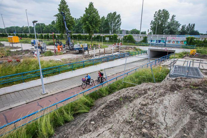 Ontsluitingsweg Nutricia krijgt vorm. Over het fietspad Rokkeveenseweg komt een viaduct. Het fietspad wordt van 16 augustus tot 3 september afgesloten.