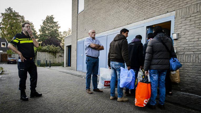 Vluchtelingen arriveren bij registratielocatie Beeld anp