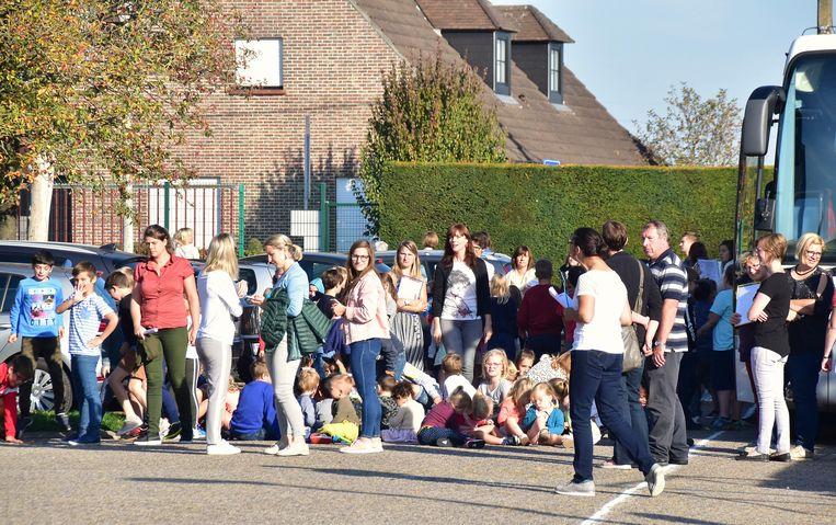 De schoolkinderen werden tijdens de brand kort geëvacueerd.